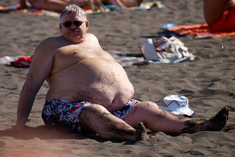 800px-At_the_beach_-_male_abdominal_obesity