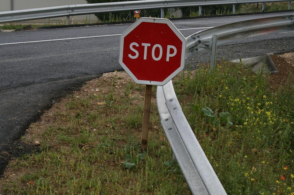 panneau_stop_sur_support_bois