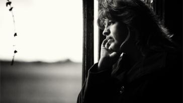 femme seule en train de penser les bienfaits de la solitude