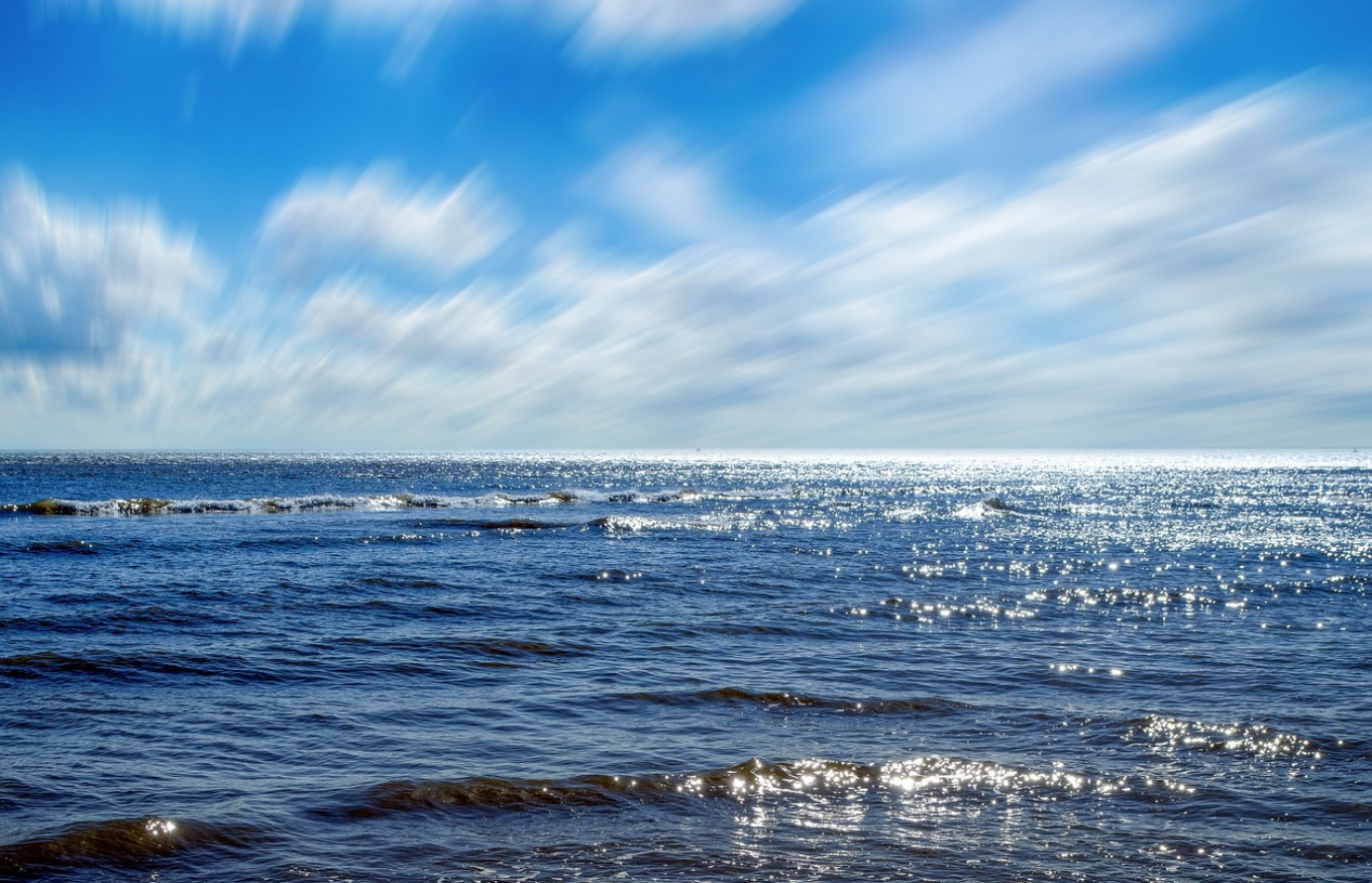 mer et ciel bleu