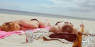 femmes bronzage plage