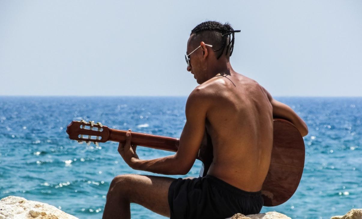 peau bronzée plage guitare