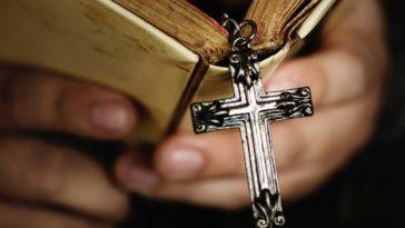 bible prêtre catholique