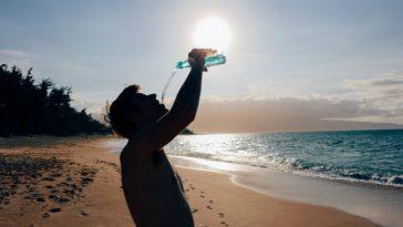 homme plage eau survivre eau