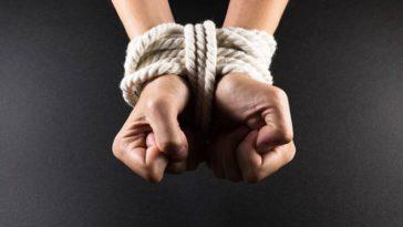 mains liées otage
