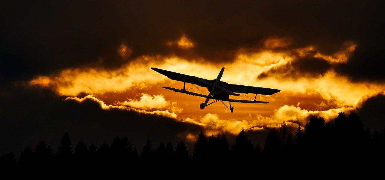 avion biplan amelia earhart coucher de soleil