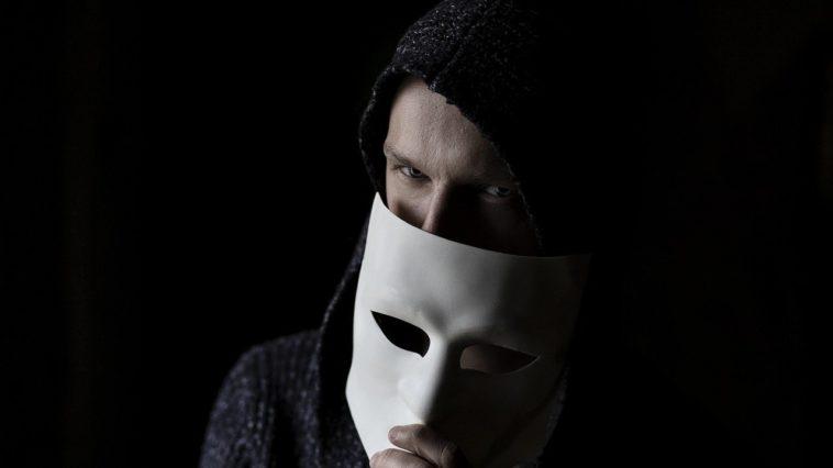homme derrière un masque