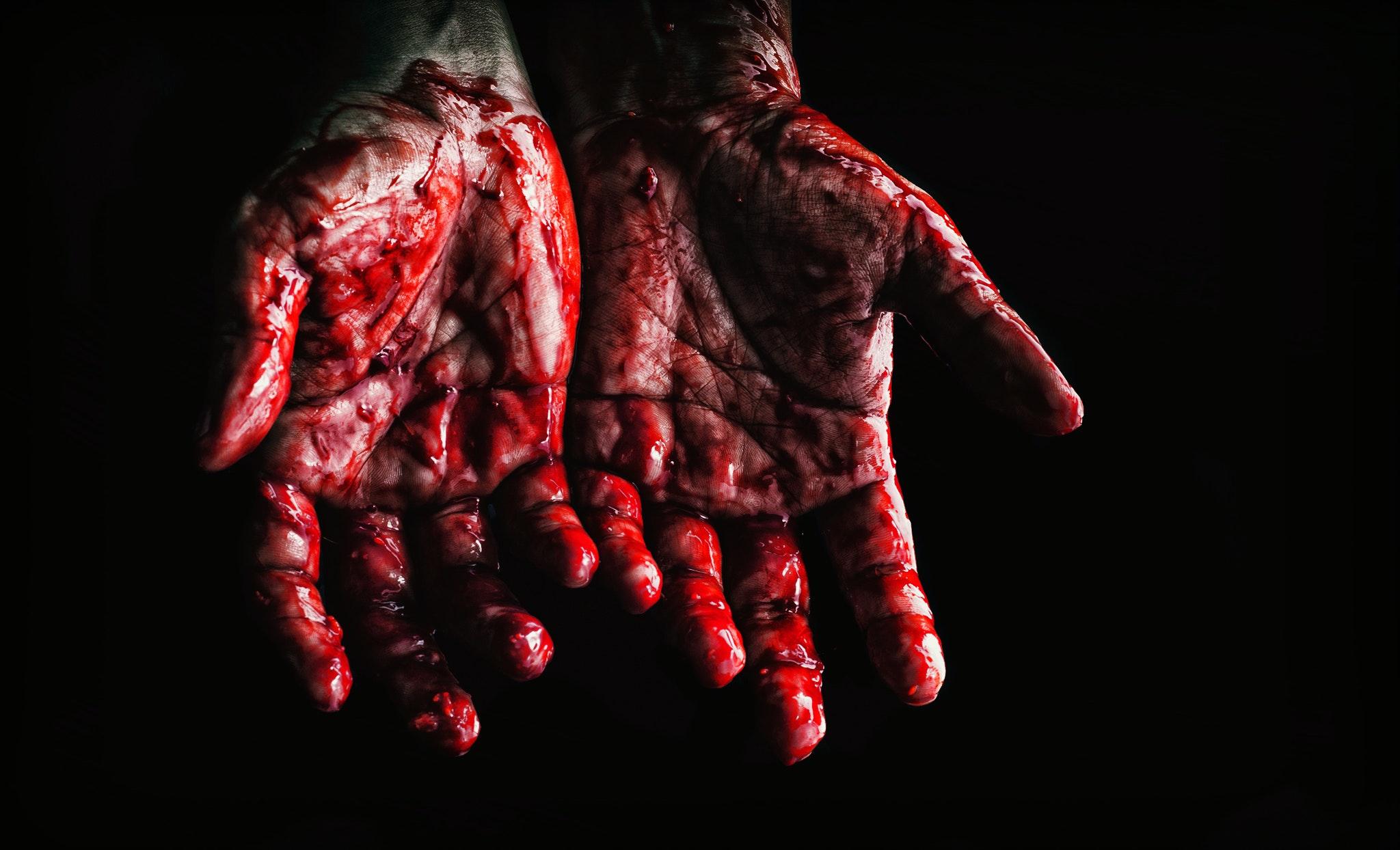 mains en sang