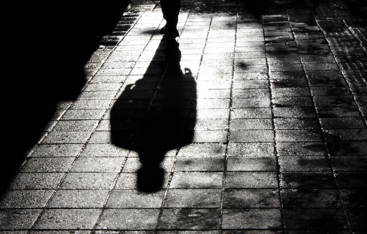 ombre d'un homme menacante