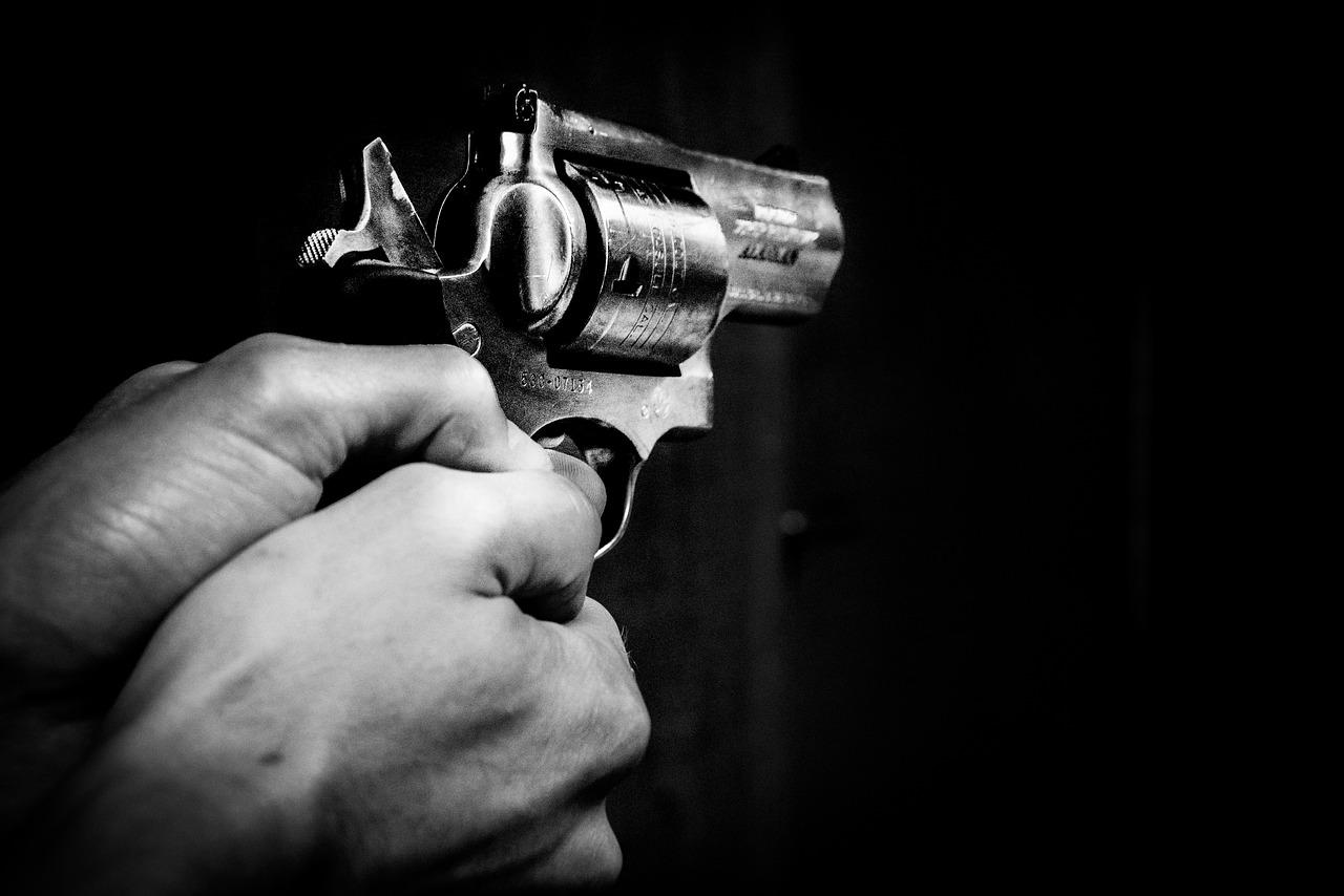 pistolet tenu par un homme